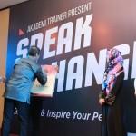 Tanda Tangan Launching Buku #SpeakToChange