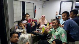 Diskusi dengan keluarga di dalam bus