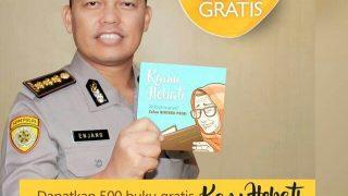 Seorang Polisi Membagikan Buku Gratis